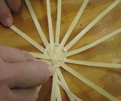 La fabriquation du bas d'un panier de frêne